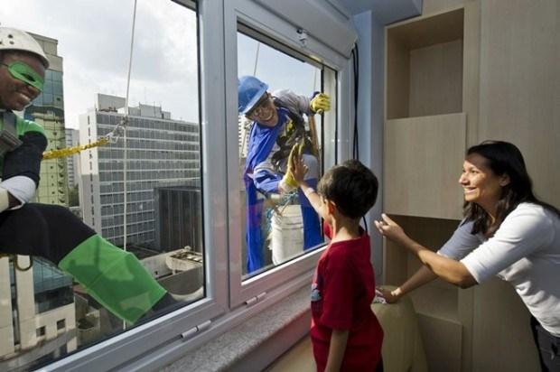 Супергерои: активисты в костюмах мыли окна в детской больнице Бразилии