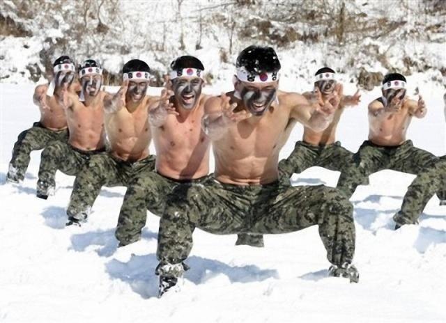 Тренировки голых солдат Северной Кореи в снегу