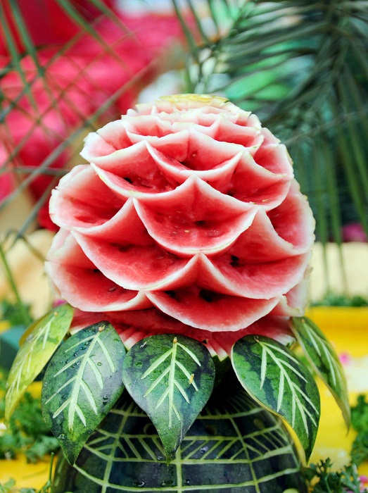 Благоухающий пион, выполненный в стиле арбузного карвинга.
