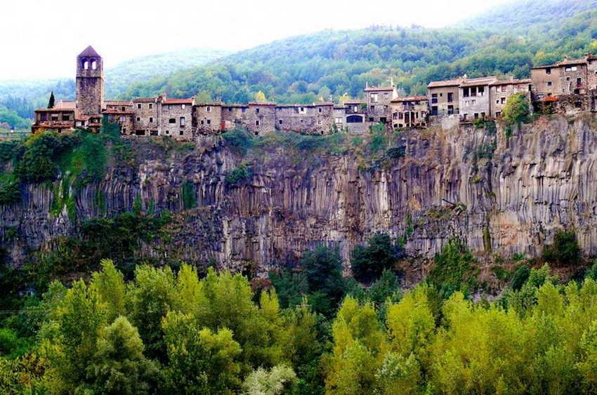 13 безумно красивых городов, висящих на скалах