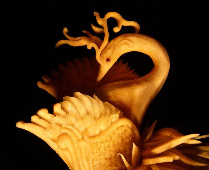 Лебедь, вырезанный из тыквы.