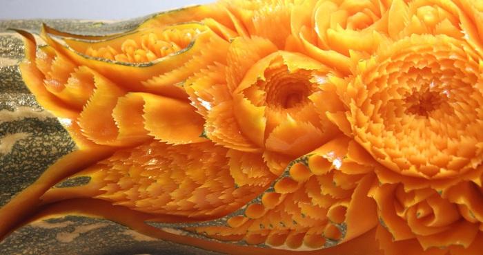 Необычные и красивейшие цветы распустились просто на кожуре тыквы.