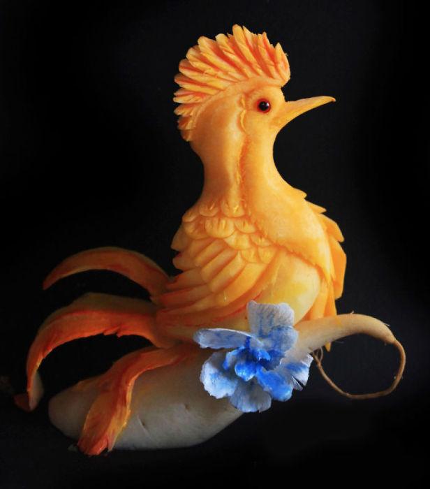 Очаровательная птичка из тыквы.