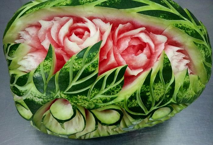 Реалистичные розы распустили свои бутоны прямо в сердцевине ароматного арбуза.