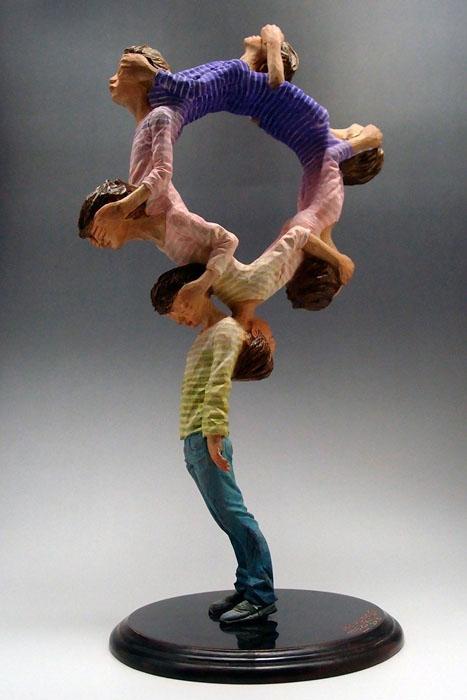 Не ошибка, а искусство: «неправильные» скульптуры, приводящие зрителей в замешательство