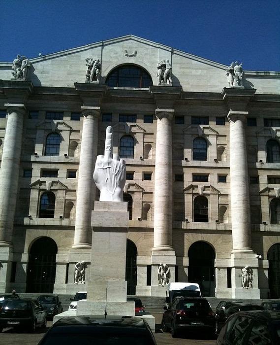 4-метровый мраморный кулак с поднятым вверх средним пальцем обращен к финансовым воротилам.