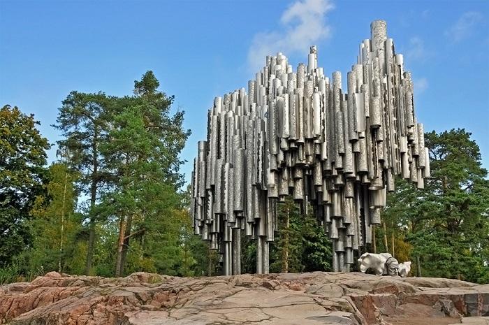 600 металлических труб, соединенных между собой, при ветреной погоде издают звуки, напоминающие музыку известнейшего финского композитора.
