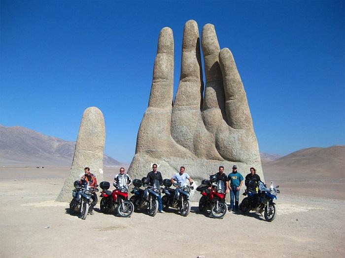 Гигантская рука находится в пустыне Атакама.