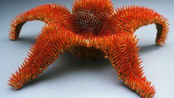 Карандашная скульптура удивляет своей формой и прочностью.