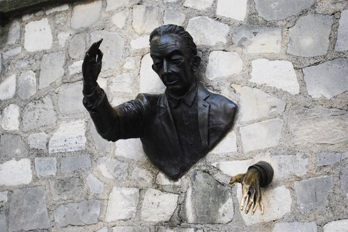 Марсель Эме как будто он выходит из стены прямо к подъезду собственного дома.