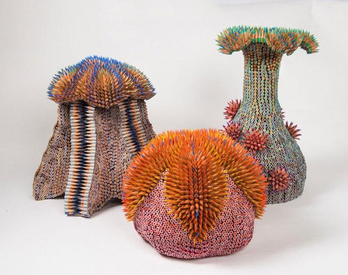 На каждую из работ Дженифер уходит до девяти упаковок цветных карандашей.