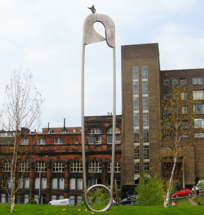 Работа Джорджа Уайли (George Wyllie) под названием «Материнство» находится на территории бывшего родильного дома Rottenrow.