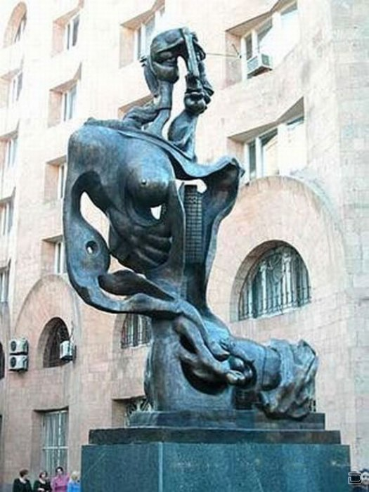 Работа скульптора Ерванда Кочара установленна на улице Бюзанда.