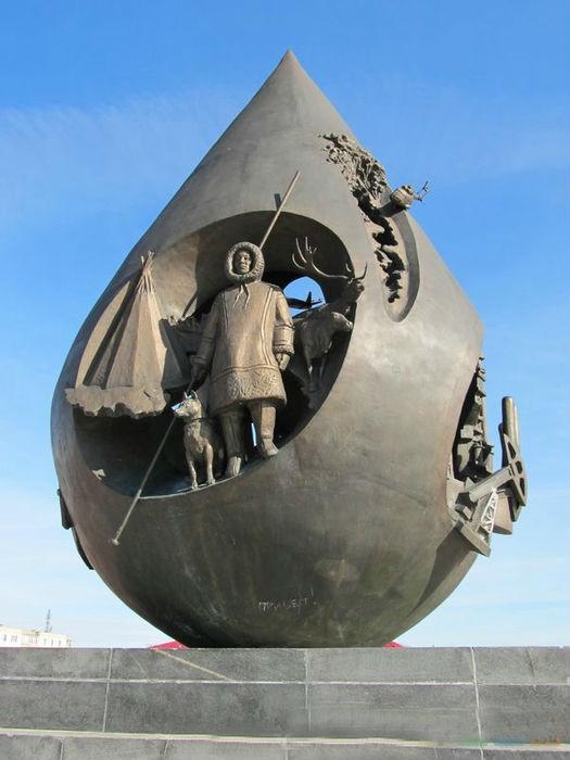Скульптурная композиция, подарок от нефтяников жителям города в честь 10-летия нефтяной компании «ЛУКОЙЛ» - открыта 7 сентября 2001 года.