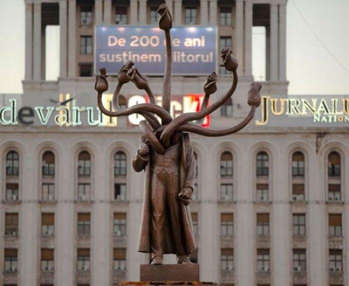 Туловище когда-то принадлежало В.И. Ленину, вместо головы теперь растут розы.