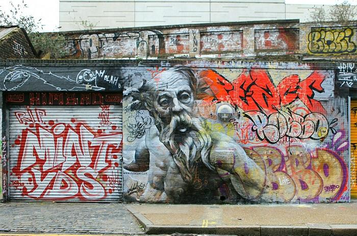Мифологические персонажи на городских стенах