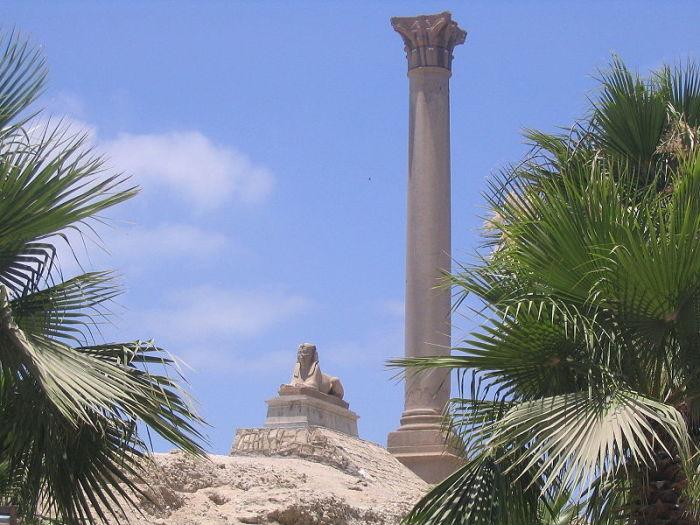 Римская колонна и сфинкс обозначают прежнее местонахождение Александрийского Мусейона. | Фото: ru.wikipedia.org.