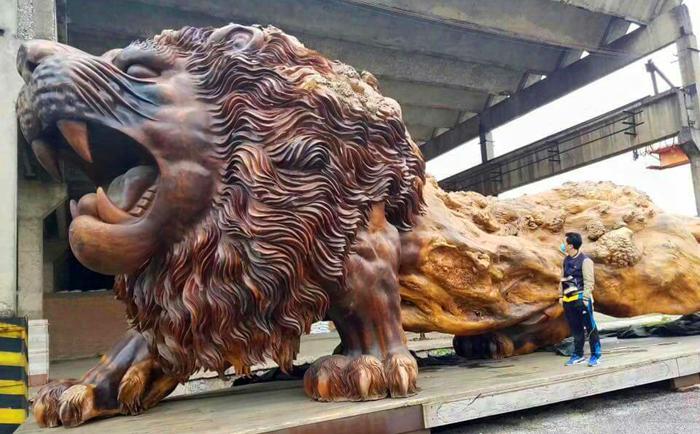 Самый большой в мире деревянный лев: огромная скульптура, вырезанная из цельного дерева