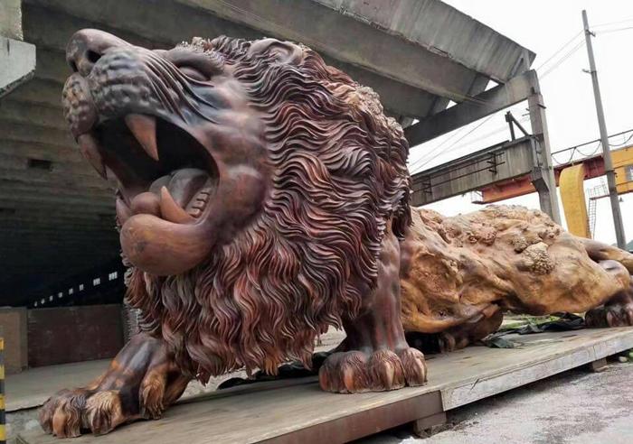 Тело льва представляет собой необработанную древесину.