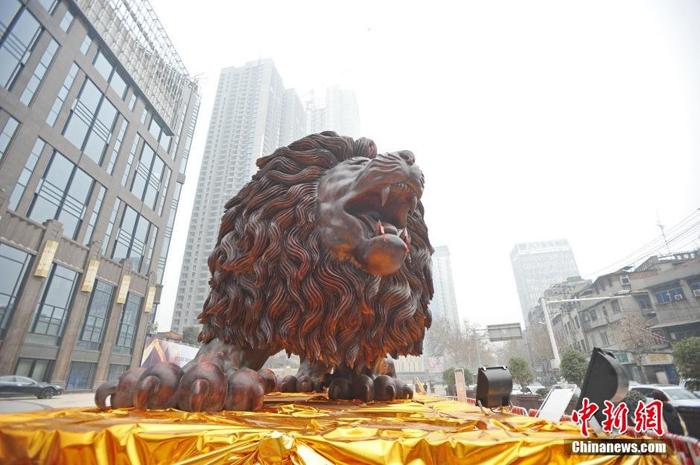 Скульптура была вырезана в Мьянме и потом транспортирована за 5 000 км в Китай.