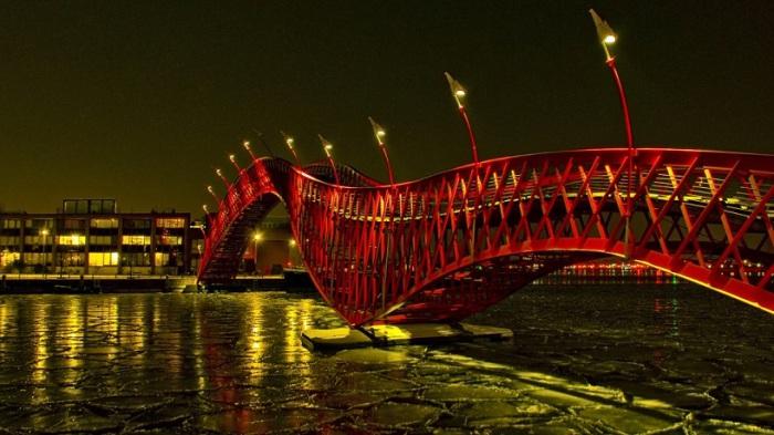 Красный змеевидный мост соединяет полуостров Споренбург с островом Борнео.