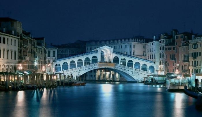 Самый первый и самый древний мост через канал.