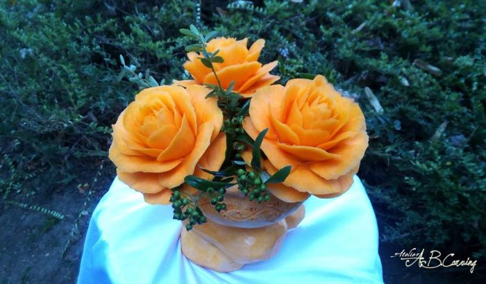 Такие цветы смотрятся очень оригинально и вполне могут заменить настоящие розы, став декоративным украшением праздника.