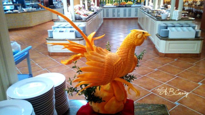 В руках умелого резчика невзрачный овощ превратился шикарную скульптуру птицы.