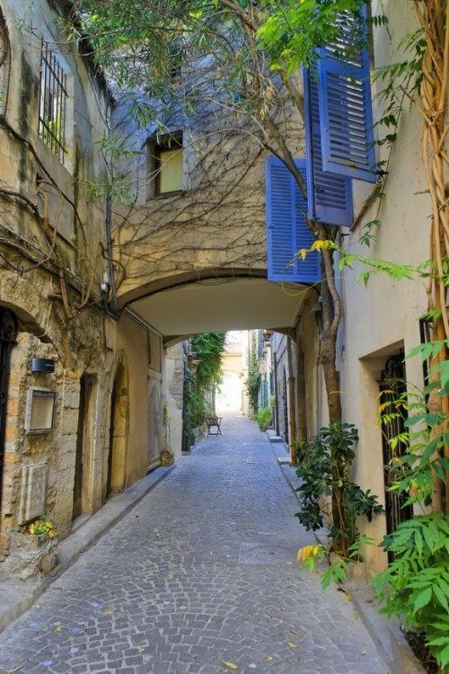 Улица в городе Антиб (Antibes), Франция