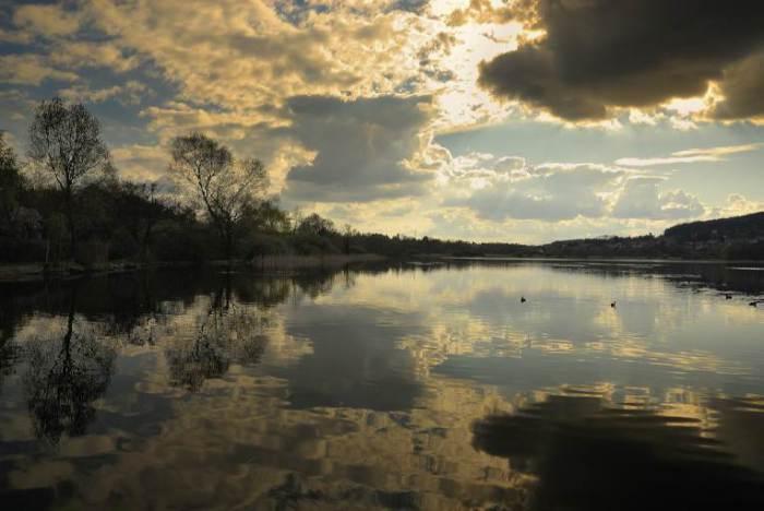 Красочный закат не только в небе, но и на воде.