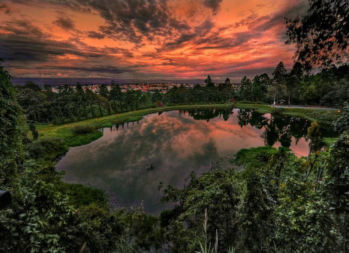 Маленькое озерцо вместившее в себя огромное небо, озаренное последними багровыми лучами солнца.