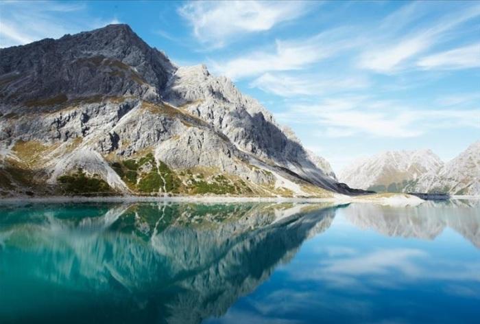 Озеро, отражающее великолепную картину гор.