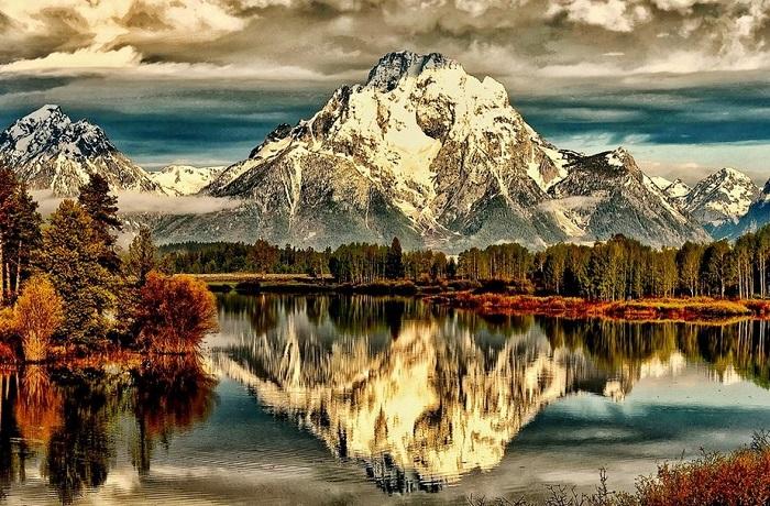 Суровая и холодная красота североамериканских гор, отражённая в воде.