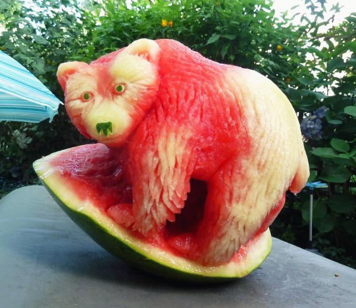 Медведь, вырезанный из арбуза