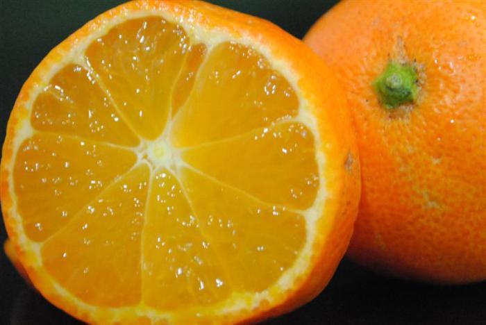 Цитрусовый фрукт с очень кислым вкусом и оранжевой кожурой и мякотью.
