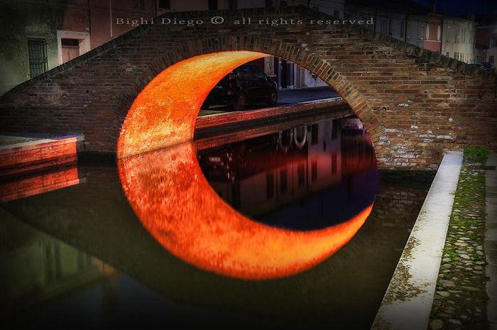 Луна под мостом