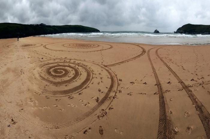 Рисунок Тони Планта на песке