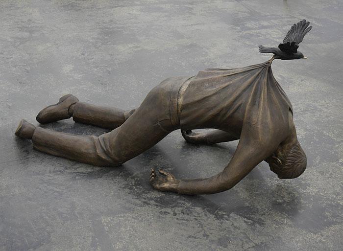 Статуя современного скульптора Фредрика Раддума, поражающая своей неординарностью.