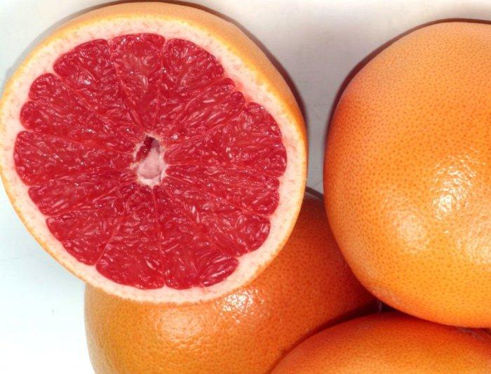 Внешне плоды грейпфрута схожи с плодами апельсина, но их мякоть кислее и с привкусом горечи.