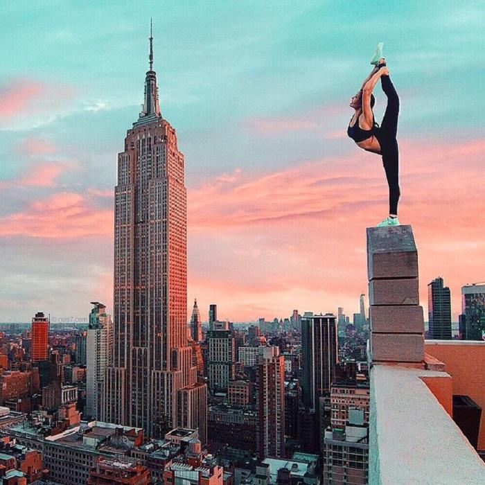 Акробатические трюки на крыше высотного здания.