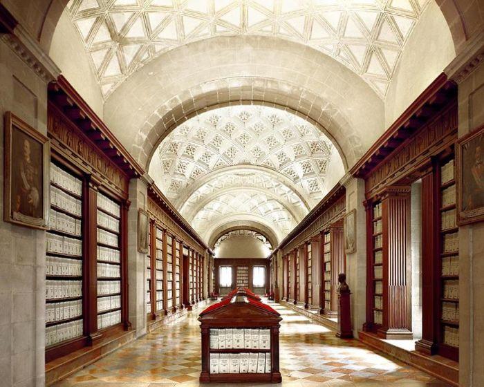 Архив создан в 1785 г., хранит журналы и отчеты Христофора Колумба, записки первых конкистадоров, документы экспедиций о войнах с ацтеками и майя.
