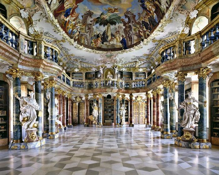 Библиотечный зал построен в 1737 - 1744 гг, к моменту открытия обладал собранием рукописей в 15 тысяч томов.