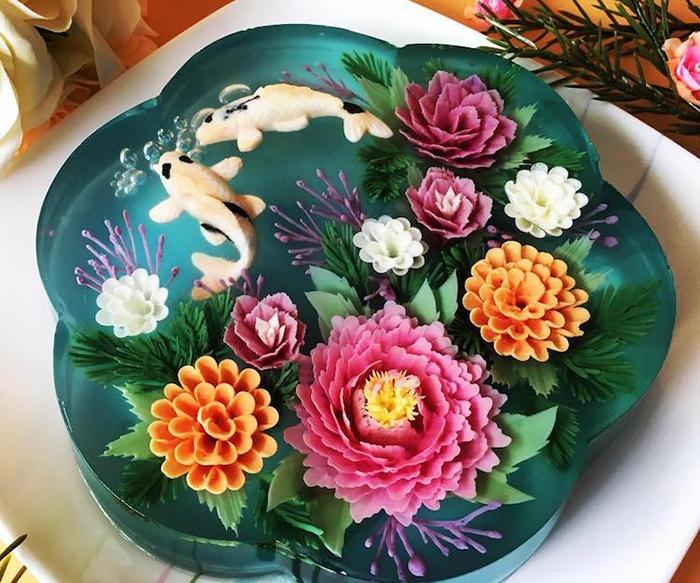 Цветы и золотые рыбки - традиционное украшение тортов от мастерицы Сью Хен Бун (Siew Heng Boon).