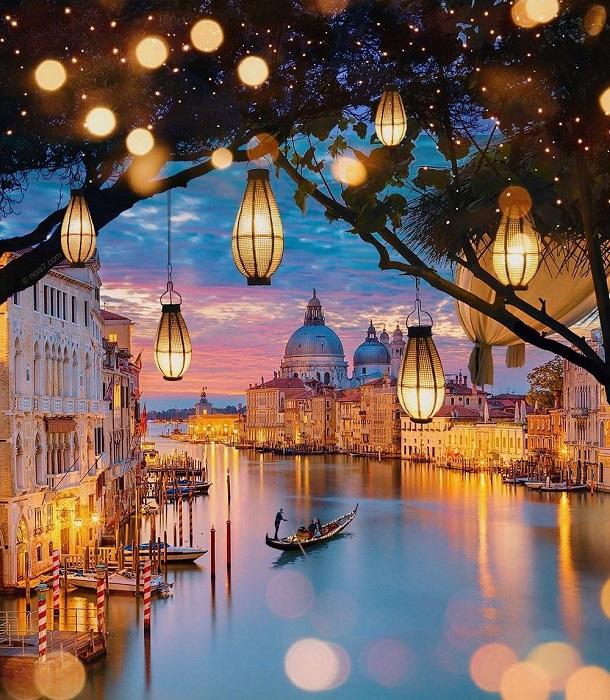 Гондолы, небесно-голубые воды, живописные булыжные улицы и яркие фонари переносят нас в необычный мир.