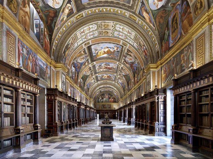 Крупная библиотека периода Возрождения, является частью дворцово-монастырского комплекса Эскориал.
