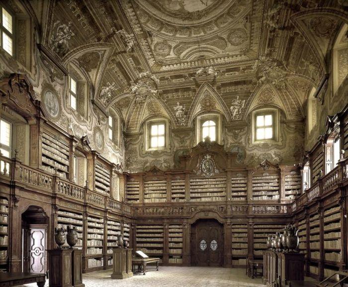 Огромный исторический комплекс, построенный в 1586 г., считается старейшим в Неаполе.