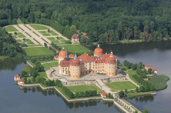 Дворец в немецкой Саксонии, построен в стиле барокко на симметричном искусственном острове.
