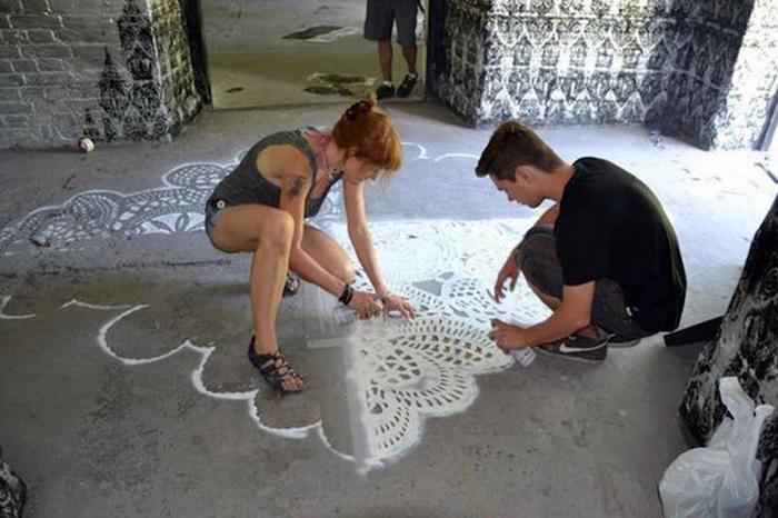 Художница NeSpoon в процессе создания граффити