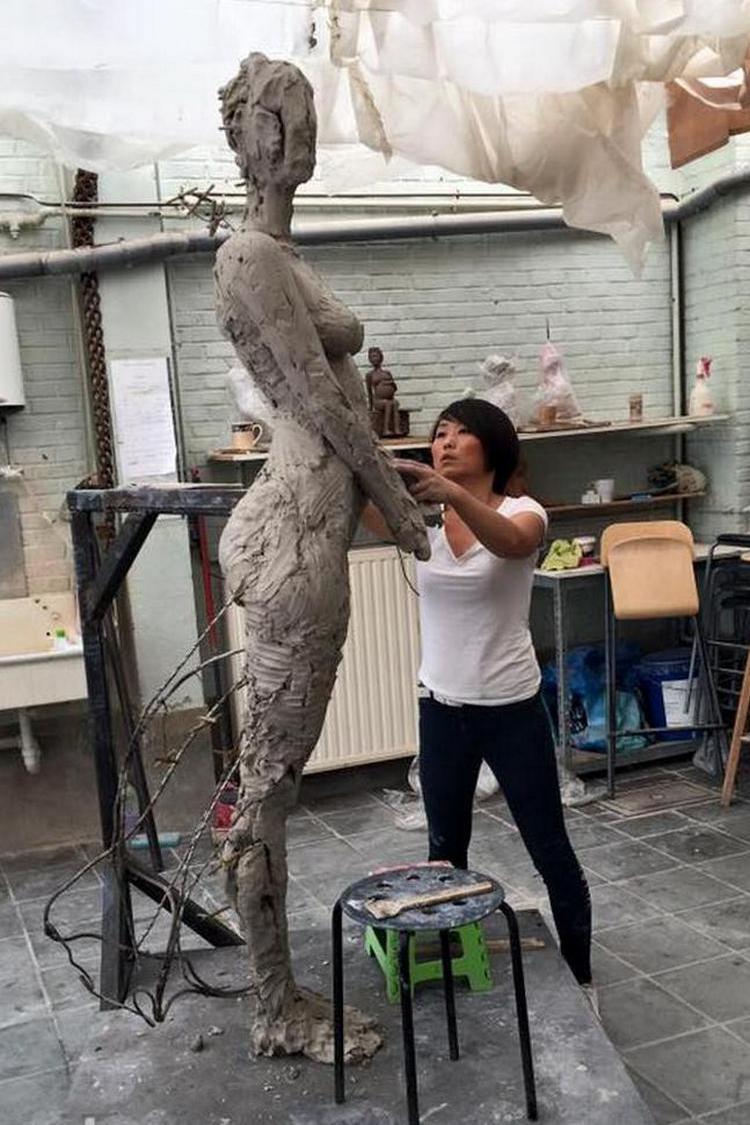 kitajskij-skulptor-lepit-zhenshhin562