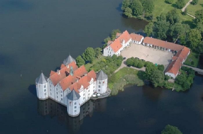 Настоящее родовое гнездо династии Глюксбургов, которые были правителями нескольких европейских государств.